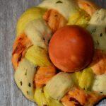 Dreifarbige Osternester mit selbstgefärbten Eiern
