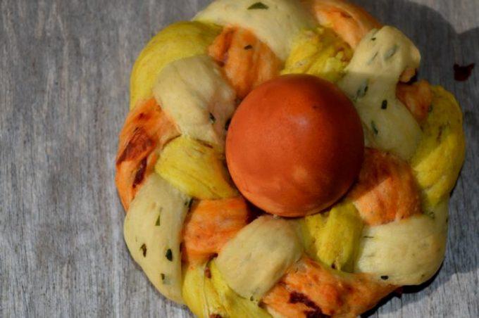 Ein toller und leckerer Hingucker auf der Oster-Festtafel. Dreifarbiger Hefeteig mit getrockneten Tomaten, Bärlauch und Röstzwiebeln.