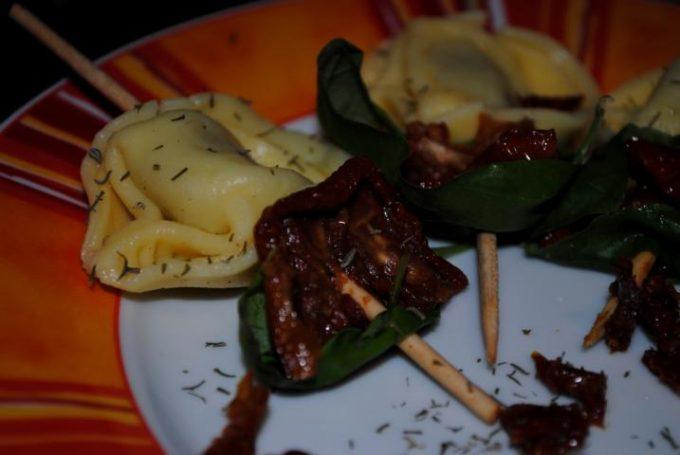 Die Tortellini-Spieße sind super als kleine Vorspeise oder als kleiner Party-Snack. Sie sind super schnell zubereitet und schmecken sehr lecker.