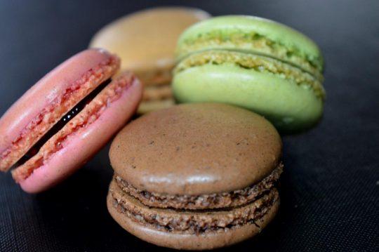 Macaroons aus Frankreich. Pistazie, Erdbeere, Schokolade und Kaffee.