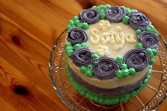 Zu Sonja's Geburtstag gibt es leckere glutenfreie und laktosefreie Torte mit Schokoboden und Kirschen!