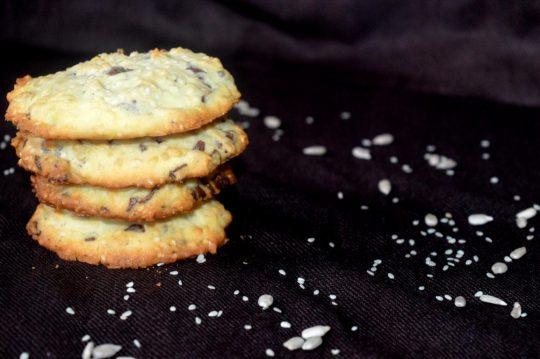 Die glutenfreien Sesamkekse eignen sich ideal zur Resteverarbeitung. SIe sind lecker, saftig und schnell gemacht.