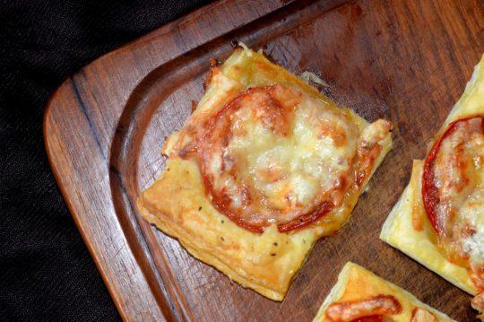 Die Party Pizza Häppche sind super einfach und schnell gemacht. Sie passen nicht nur wunderbar zum Grillen, sondern sind auch perfekt für den kleinen Hunger zwischendurch.