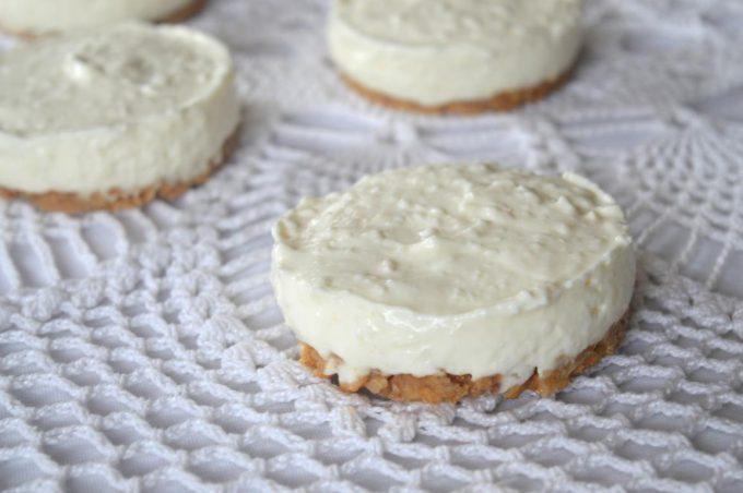 Die Kokos-Zitronentörtchen mit Amarettini-Boden sind super einfach und super schnell gemacht. Der Ofen bleibt bei diesen kleinen Verführungen kalt.