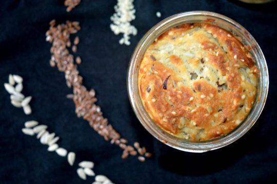 Der Frühstückskuchen bietet den perfekten Energiekick für den Tag. Durch Sonnenblumenkerne, Sesam, Leinsamen und Erdnüssen.