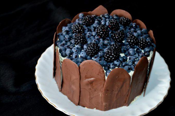 Die Brombeertorte, sieht nicht nur gut aus, sie schmeckt auch wahnsinnig gut. Der Mix aus fluffigem Schokoladenboden, ener Creme aus Mascarpone und frischem Obst ist einfach genial.