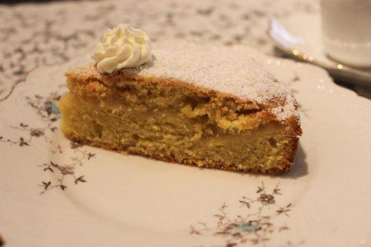 Dieser Kuchen ist super fluffig und perfekt für den Herbst. Er ist schnell und einfach gemacht und das Apfelmus macht ihn doch besonders.