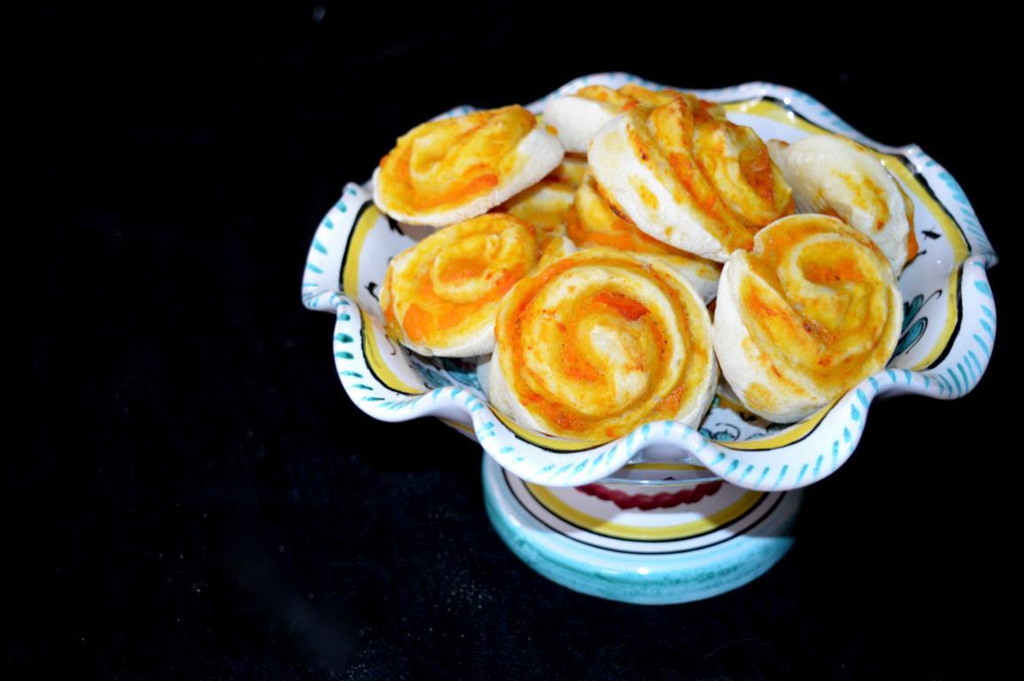 Die Salty Pumpkin Rolls sind mal eine andere Füllung für Hefeschnecken. Einfach schnell lecker! Perfektes Kürbis - / Herbstgericht.