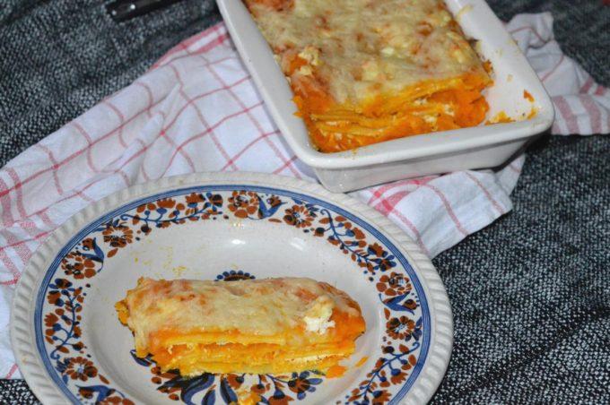 Die Kürbislasagne ist das perfekte Herbstgericht. Leckere Pastaplatten mit Frischkäse und einer leckeren Kürbiscreme!