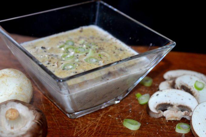 Die Champignoncremesuppe ist einfach und schnell gemacht. Sie passt perfekt zum stürmischen Herbstwetter oder auch an kalten Winterabenden.