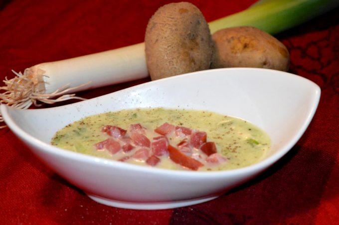 Die Lauch-Kartoffel-Suppe ist einfach und schnell gemacht. Mit wenigen Zutaten kreiert ihr eine leckere Suppe.