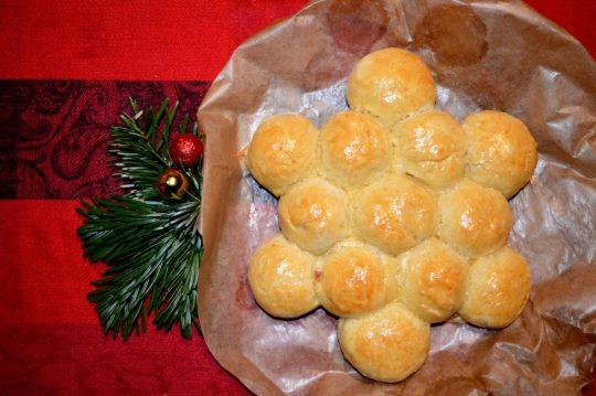 Der Brötchenstern ist super einfach und schnell gemacht. Er passt perfekt zum Dinner an Weihnachten.