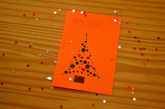 Hier zeige ich euch wie ihr einfach und schnell mit wenigen Mitteln eine schöne Weihnachtskarte herstellt.