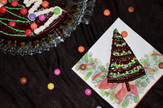 Der Tannenbaumkuchen besteht aus einem einfachen Schokoladenkuchen dekoriert als kleine Tannenbäume. Perfektes Dessert für Weihnachten.