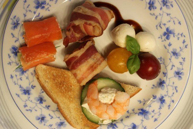 Sonja zeigt uns heute wie man schnell vier verschiedene Arten von Fingerfood herstellt. Bacon-Päckchen, Tomate-Mozzarella-Türmchen, Garnelenspieße und Lachsröllchen.