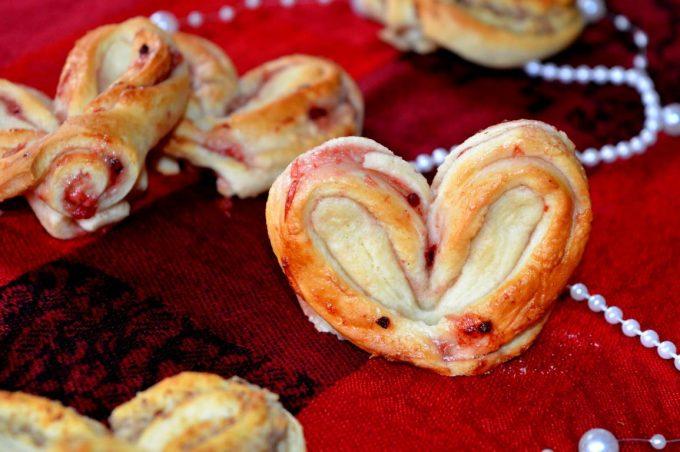 Die Valentinsherzen sind ein perfekter Mix auf fluffigem Hefeteig und leckerer Marmelade! Sie sind einfach gemacht, sehen dennoch super aus!