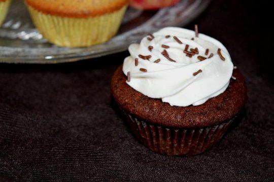 Die Schoko-Haselnuss-Cupcakes sind einfach und schnell gemacht und dabei so lecker. Fluffiger Boden trifft auf cremige Sahne.
