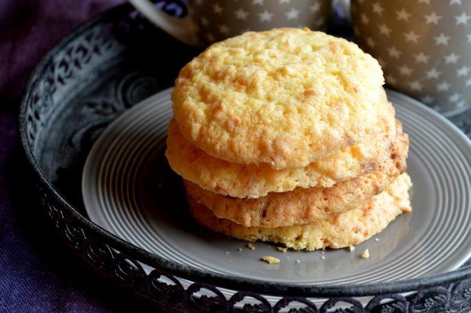Diese Kekse mit weißer Schokolade und Kokosraspeln sind super einfach und schnell gemacht. Und sie schmecken sooo lecker!