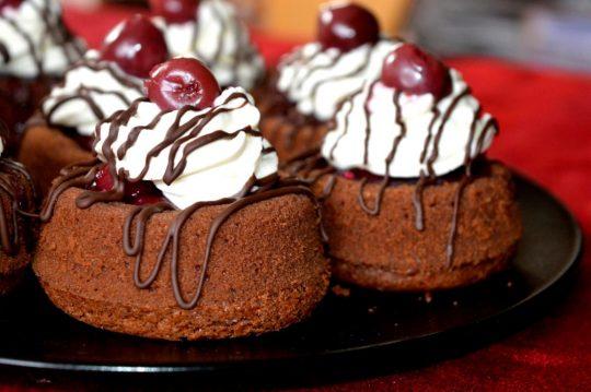Schwarzwälderkirsch-Cupcakes. Sind so einfach gemacht, sehen wahnsinnig lecker aus und überzeugen jeden mit ihrem Geschmack!