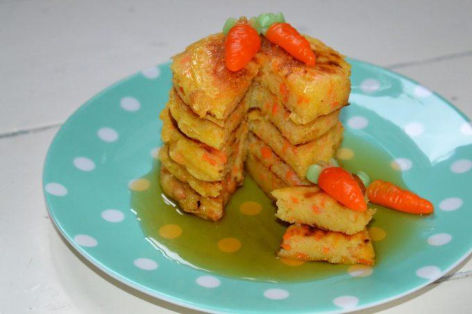 Diese Easter-Pancakes vereinigt alles, was wir insgeheim lieben. Pfannkuchen und Carrot Cake. Das Ergebnis lässt sich nicht nur sehen, es schmeckt sogar wahnsinng lecker.