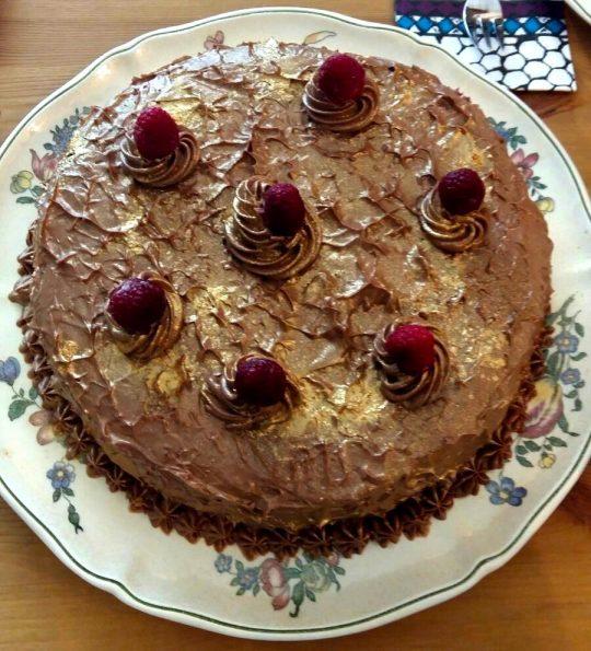 Sonja zeigt euch wie ihr dise Schoko-Obst-Torte super einfach und schnell backen könnt.