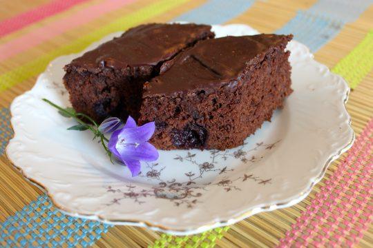 Der Schoko-Nuss-Kirsch Blechkuchen ist super schnell gemacht und begeistert jeden Gast.