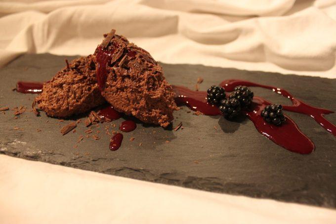 Mousse au Chocolat lässt sich schnell und einfach aus nur wenigen Zutaten zubereiten.