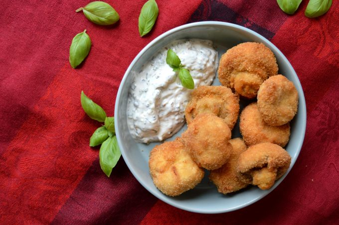 Frittierte Champignons mit Joghurt-Dip
