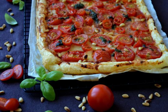 Tomaten-Tarte mit Käse und Pinienkernen