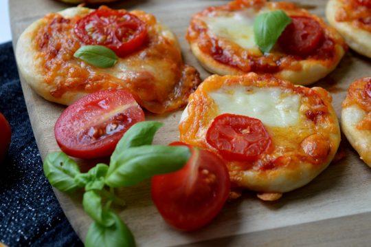 Pizza mit Tomate und Mozzarella selbst gemacht, Party, Fingerfood
