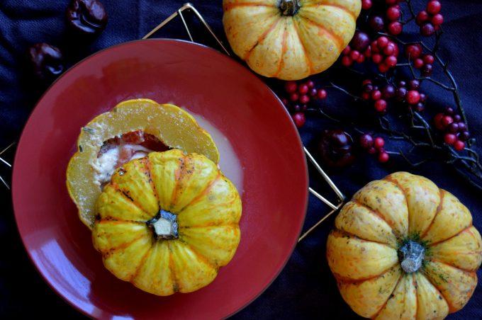 Gefüllter Kürbis mit Tomate und Mozzarella aus der Mikrowelle