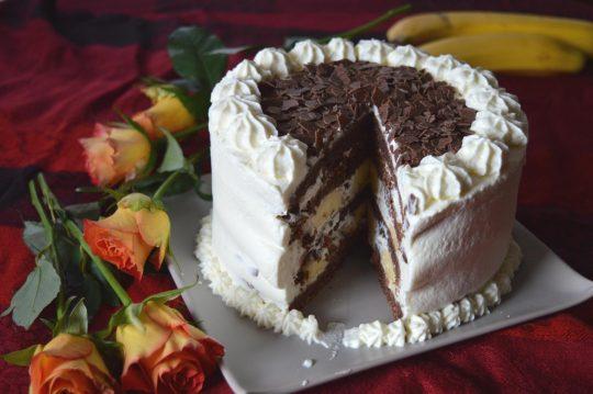 Torte mit Bananen und Schokolade und Sahne