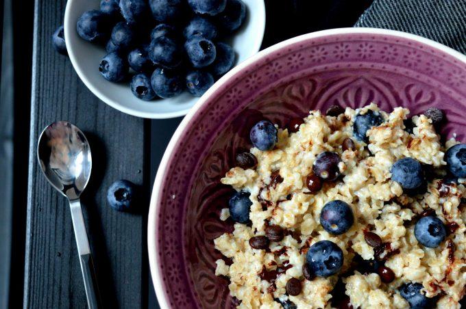 Porridge mit Schokolade und Heidelbeeren