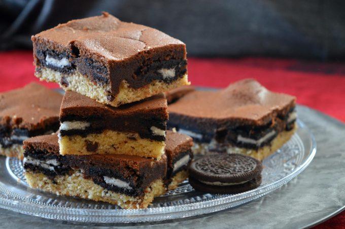 Kuchen mit Oreos, Cookie-Teig und Brownie-Teig