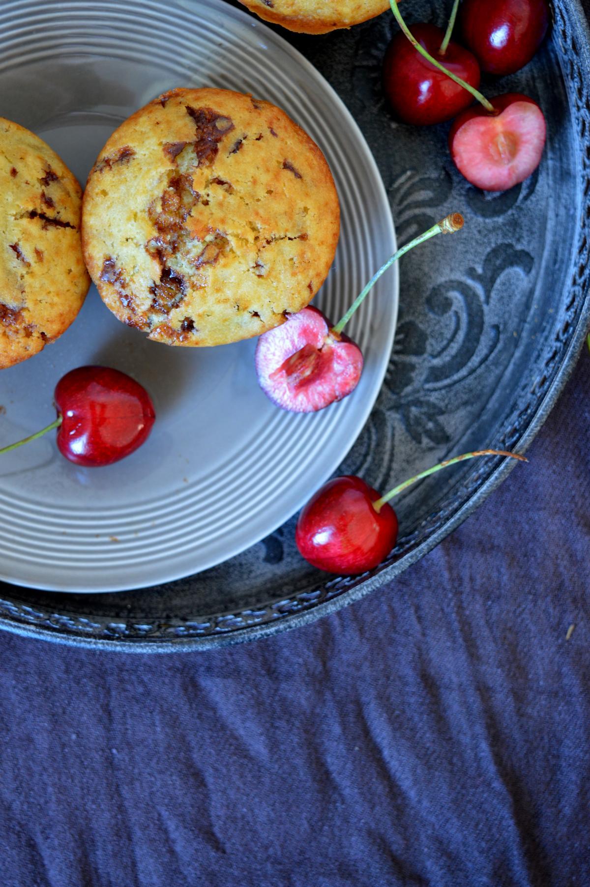 Einfache Muffins mit Kirschen und Schokolade