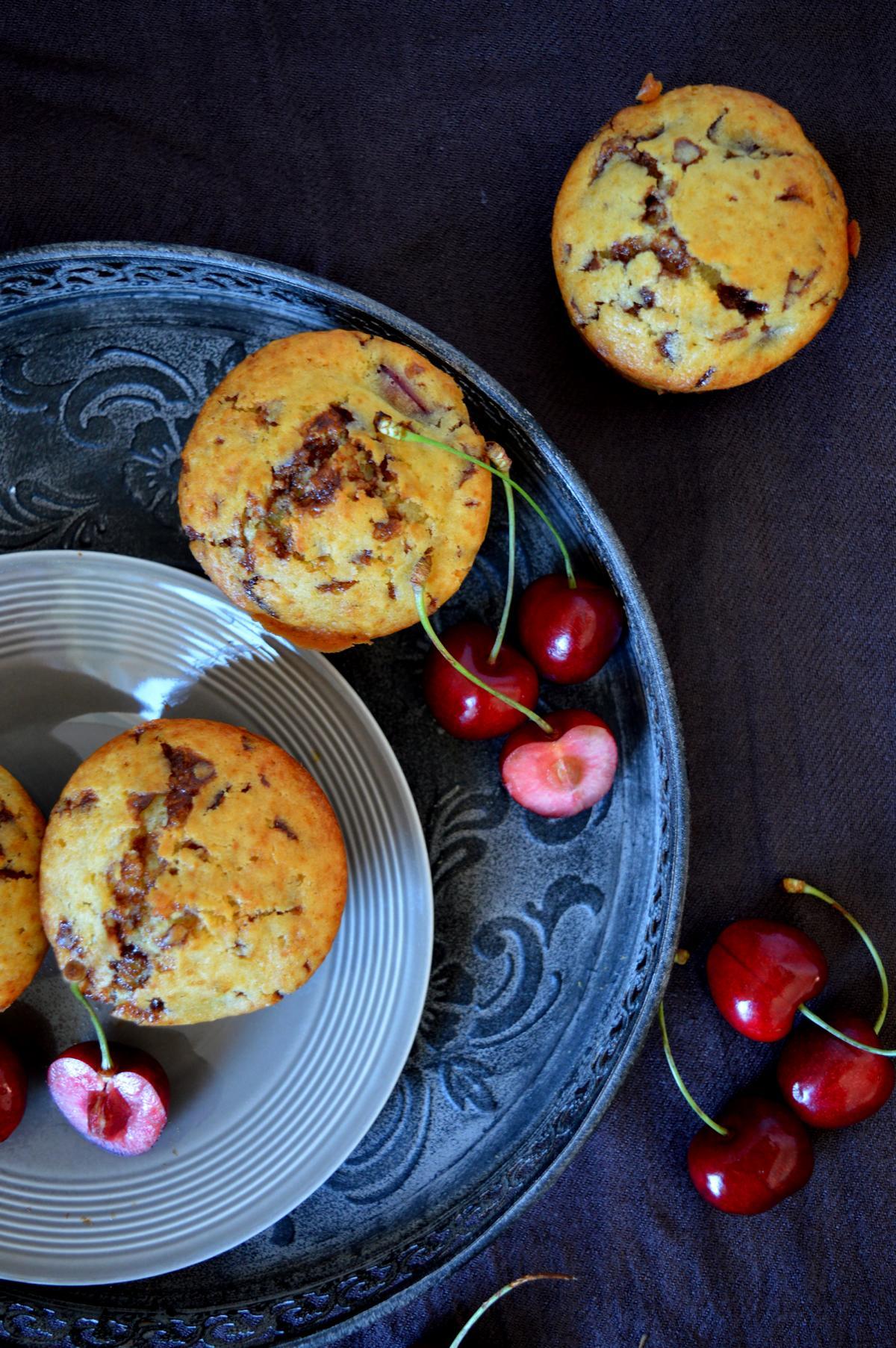 Muffins mit Kirschen und Schokolade