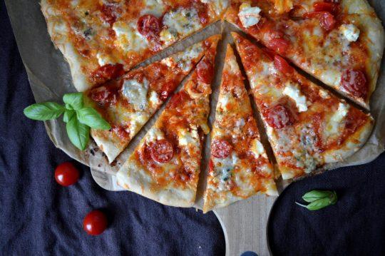 Vier-Käse-Pizza mit Gorgonzola, Frischkäse, Mozzarella und Parmesan