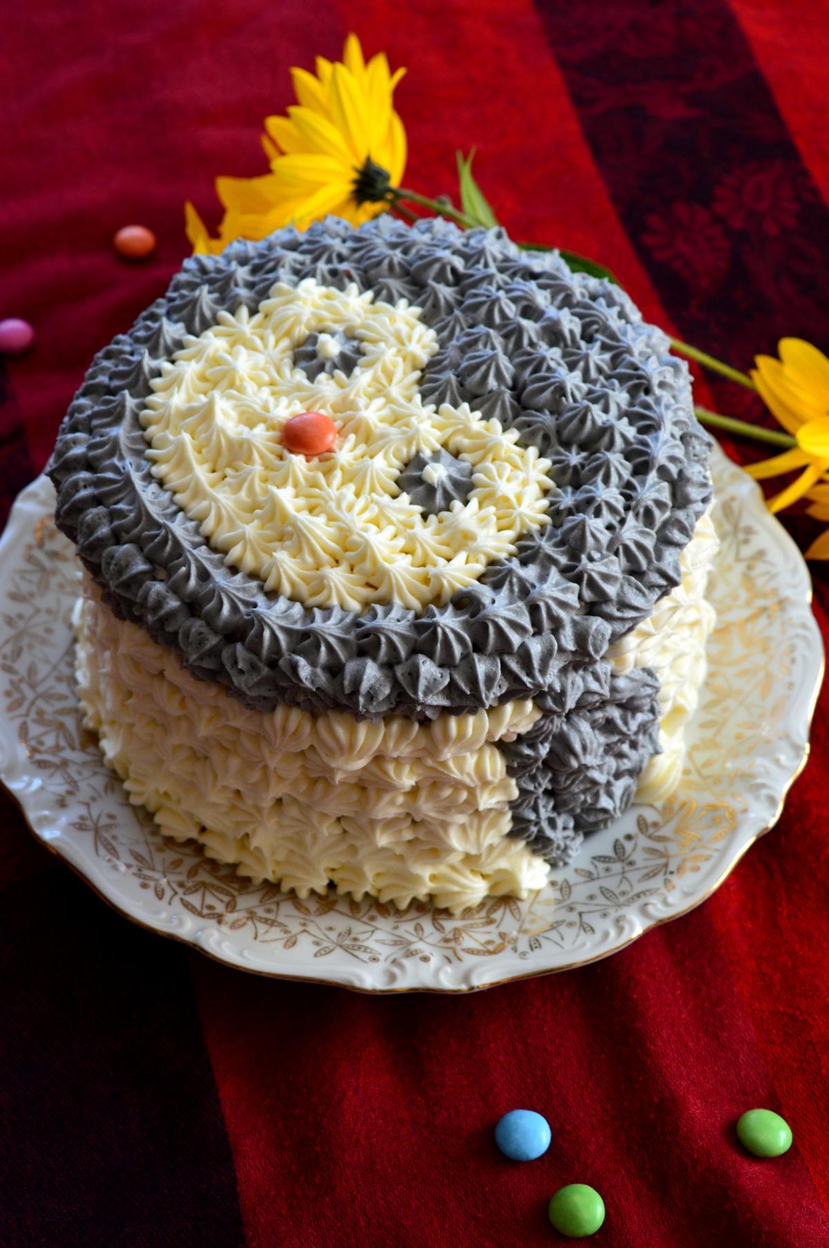 Torte mit Buttercreme und Schokoladenboden Pinguin Kindegeburtstag