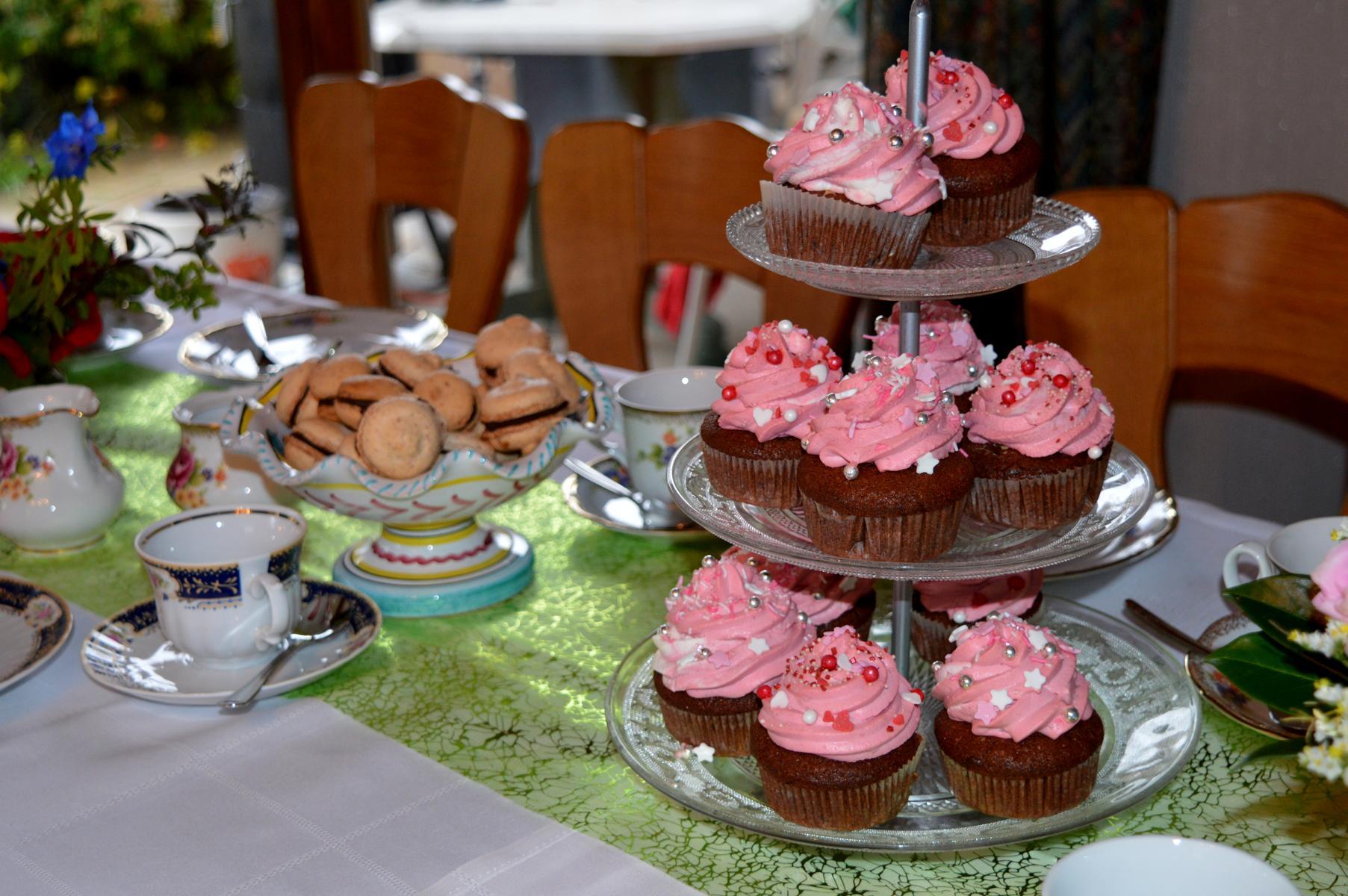 Einfache gefüllte Cupcakes mit Sahne