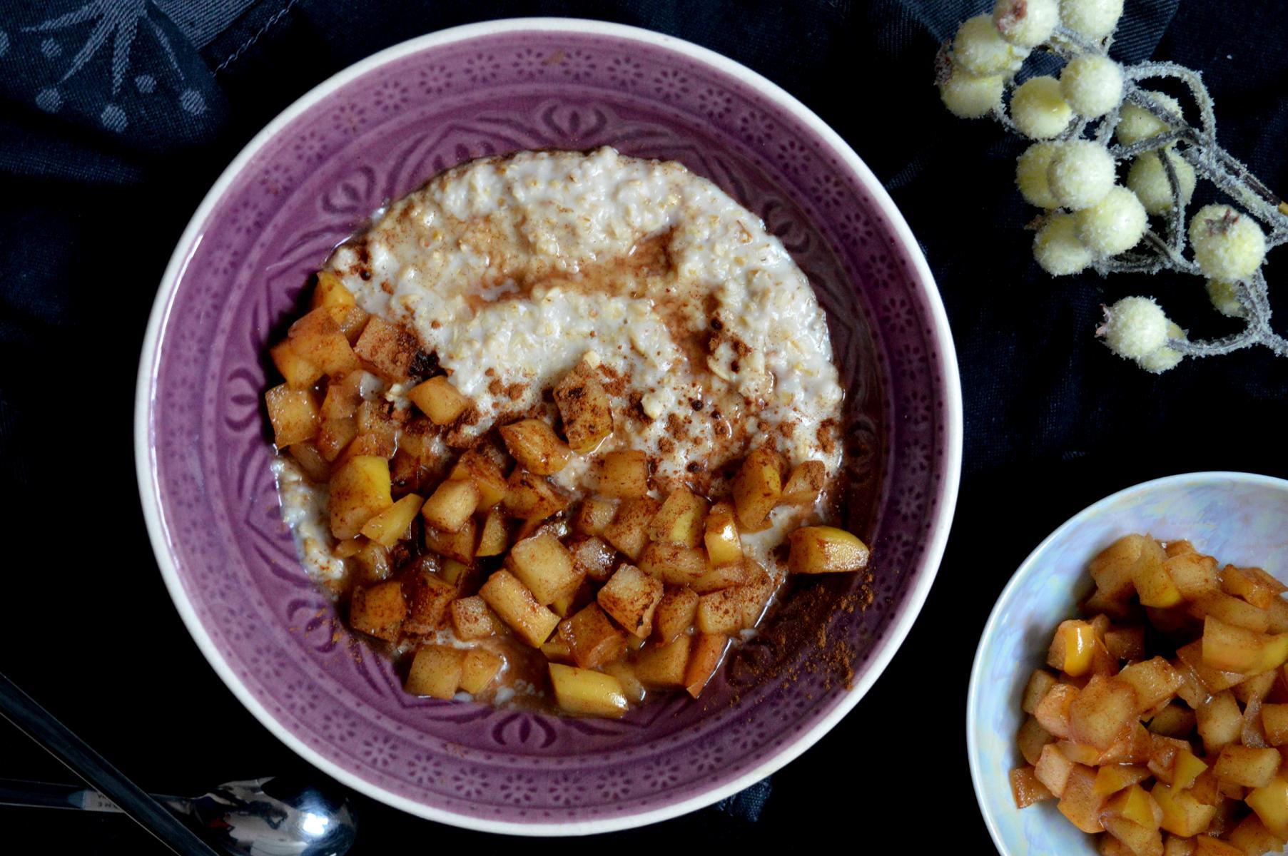 Cremiges Porridge Haferflocken mit karamellisierten Äpfeln