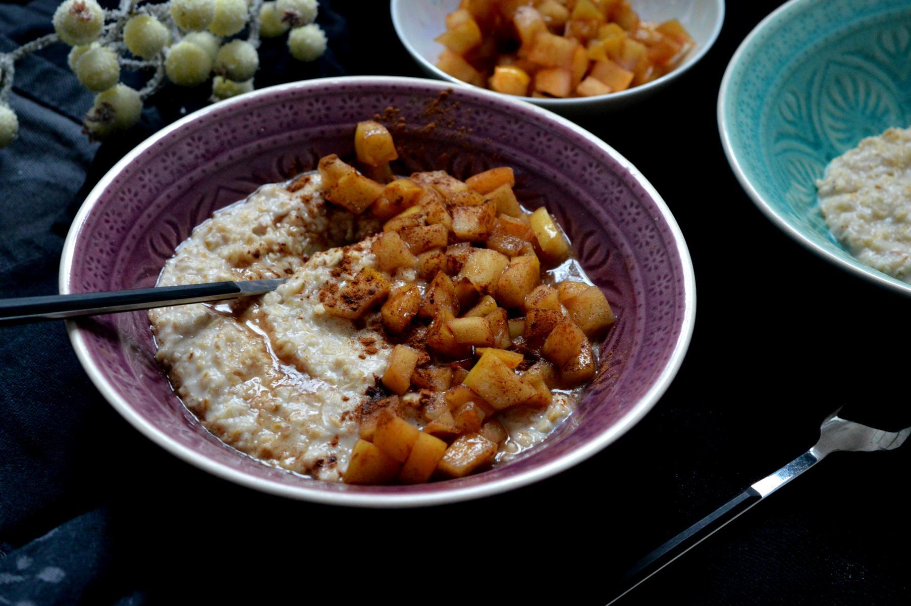 Cremiges Porridge zum Frühstück mit Äpfeln