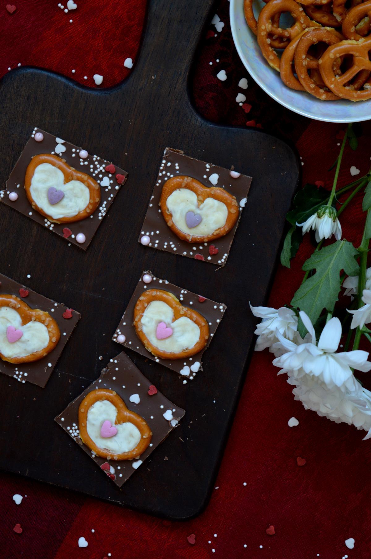 Schokolade mit Salz Brezeln und Herzen