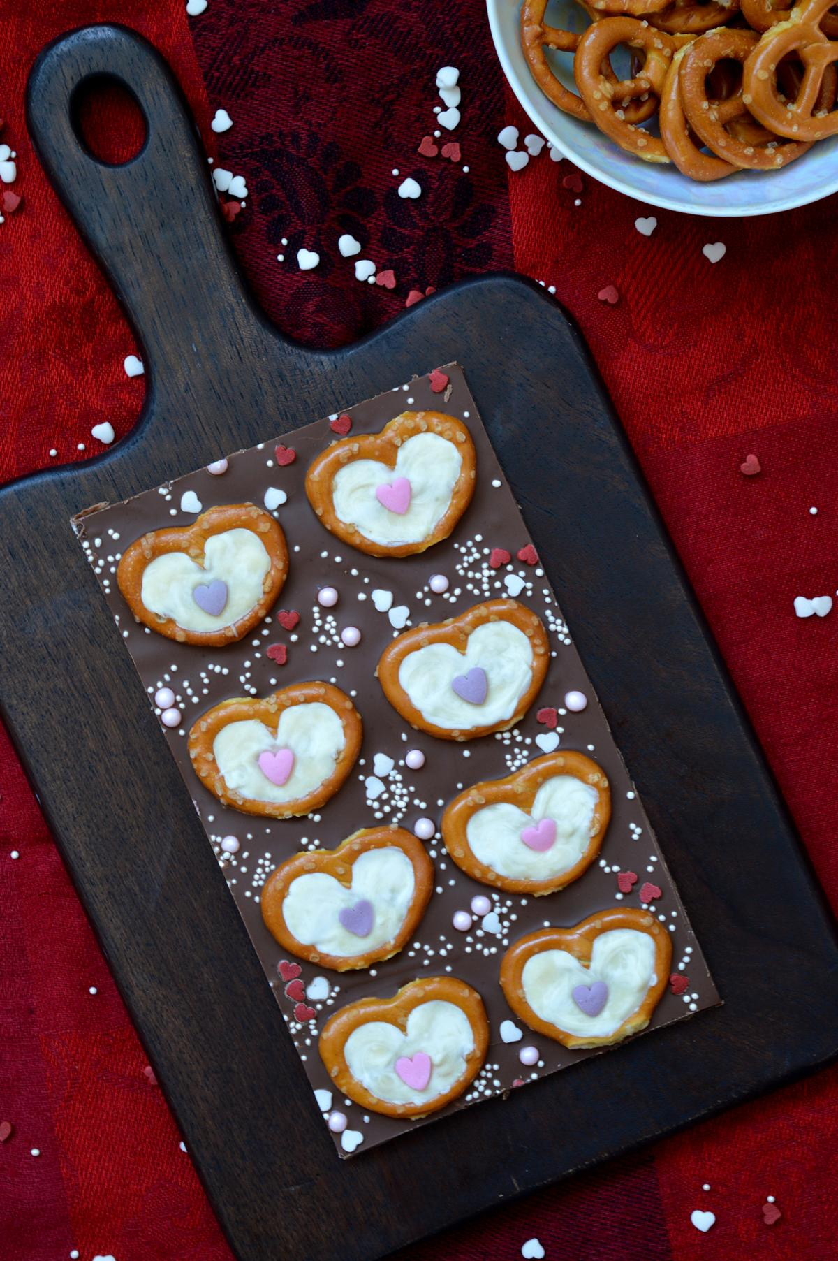 Valentinsschokolade mit Salzbrezeln und Herzen