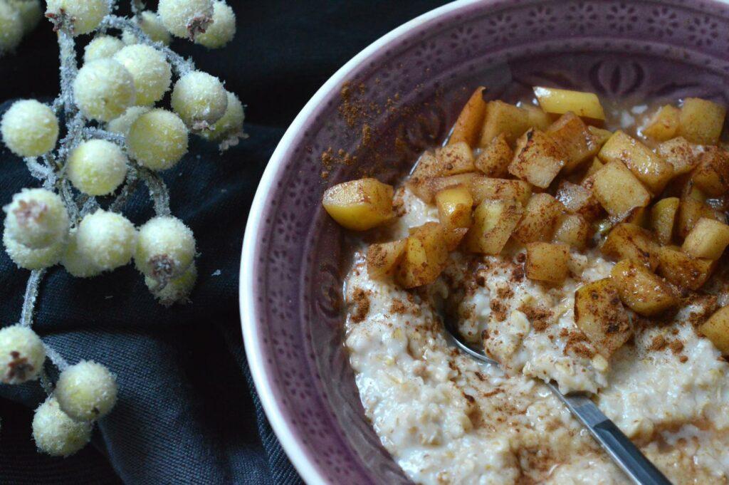 Veganes cremiges Porridge mit karamellisierten Äpfeln