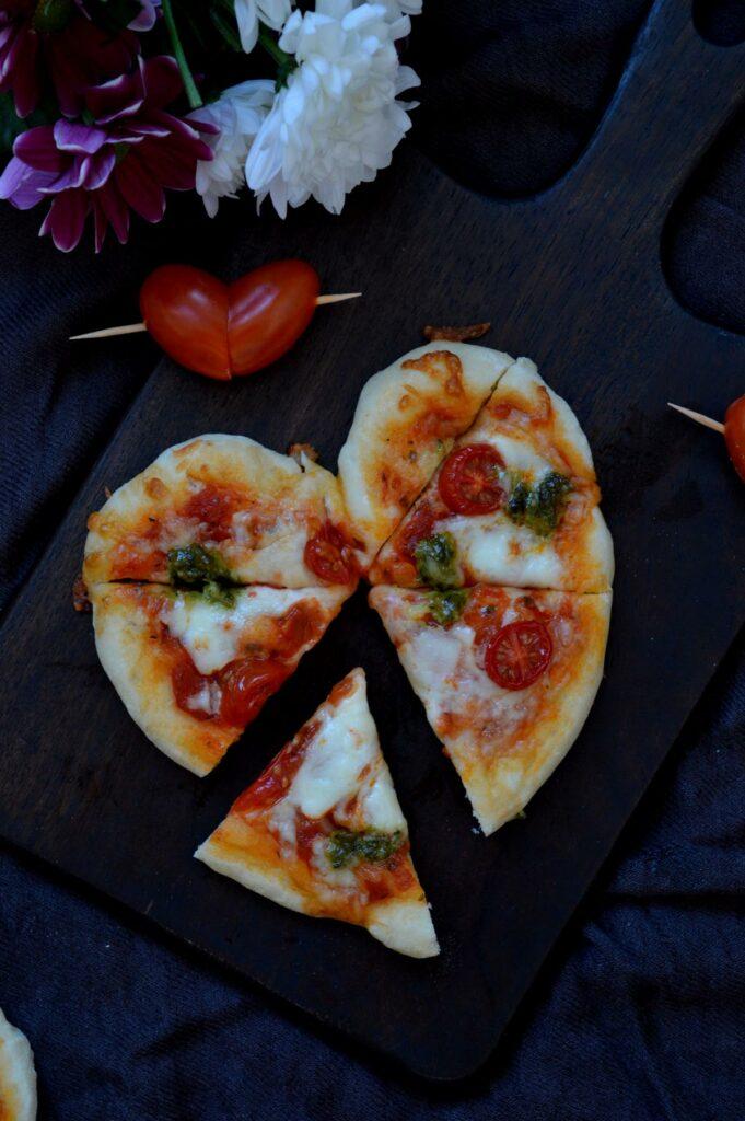 Einfache Pizza mit Tomate Mozzarella Käse Pesto in herzform