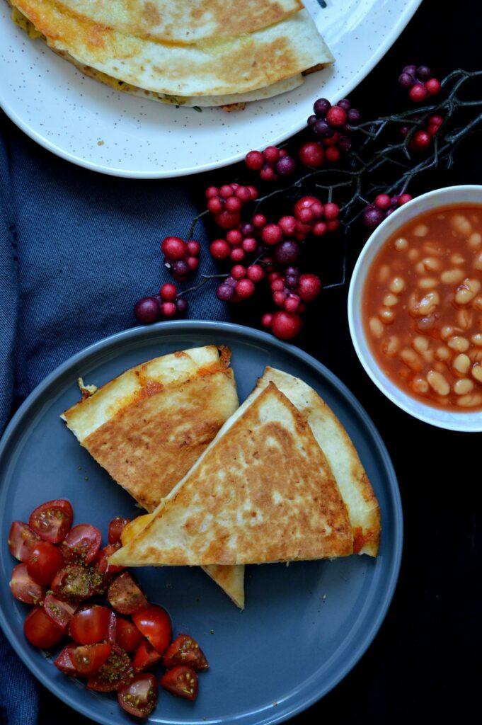 Frühstückswrap gefüllt mit Rührei, Bacon, Käse