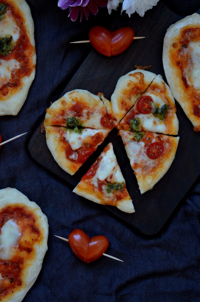 Mini Pizza in Herzform mit Pesto und Mozzarella