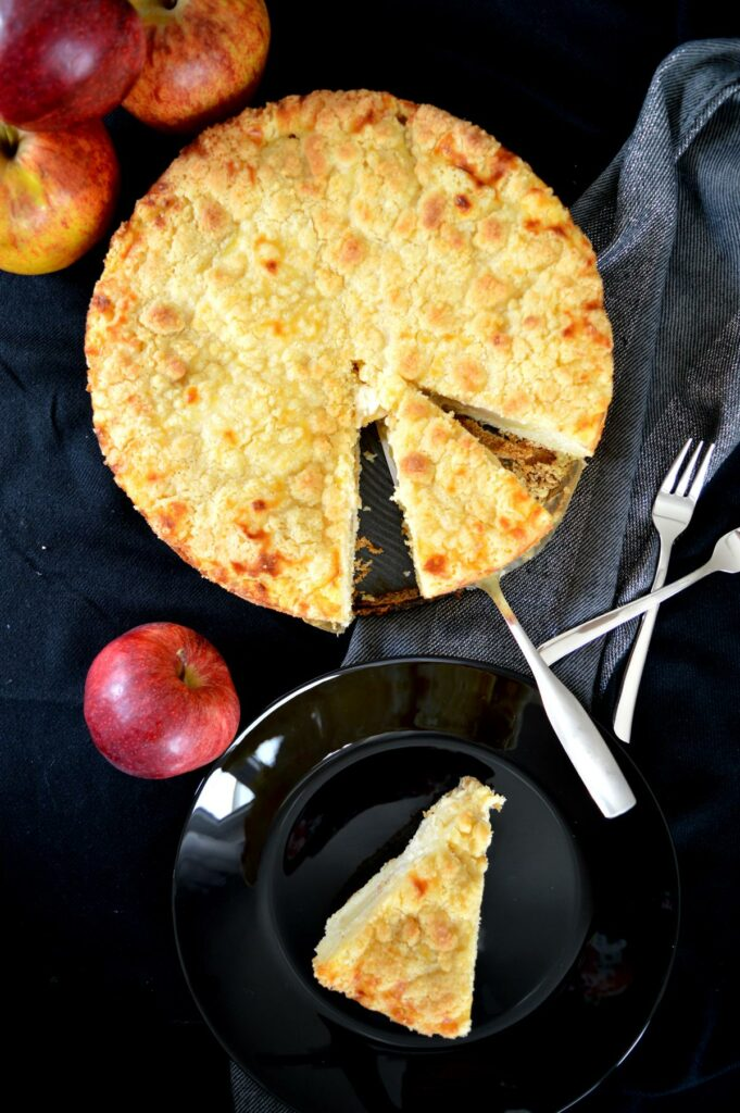 Apfel-Streusel-Kuchen angeschnitten von oben