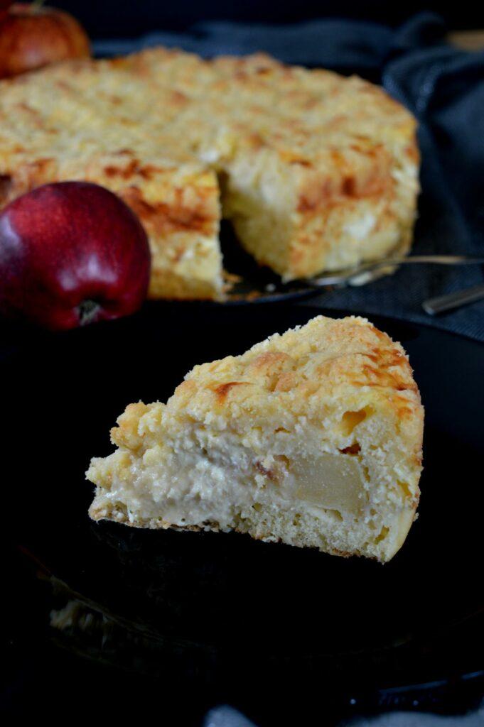 Apfel-Streusel.Kuchen mit Schmand und Sahne