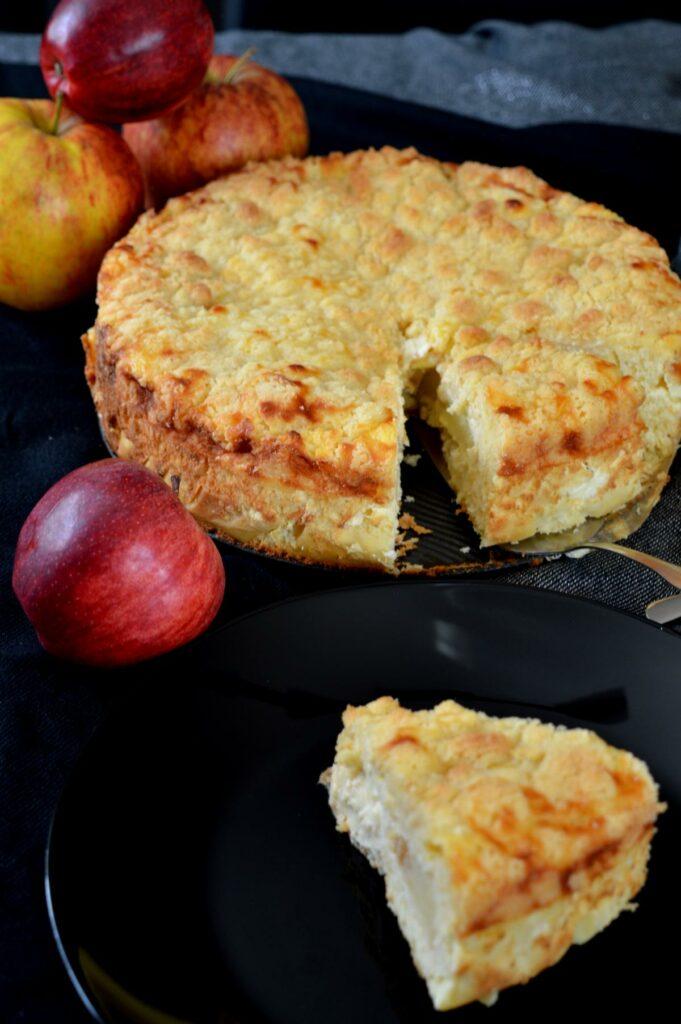 Leckerer Apfel-Streusel-Kuchen angeschnitten